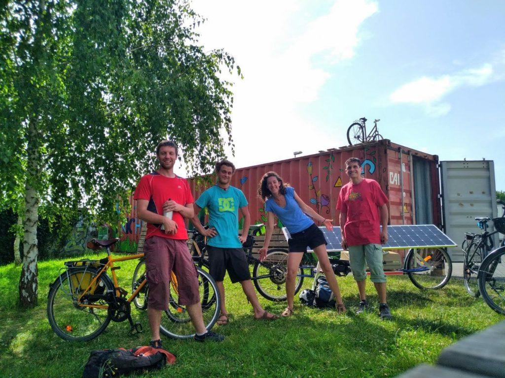 Avant le départ à l'Atelier Vélo Participatif et Solidaire à Pau avec Julien et Etienne