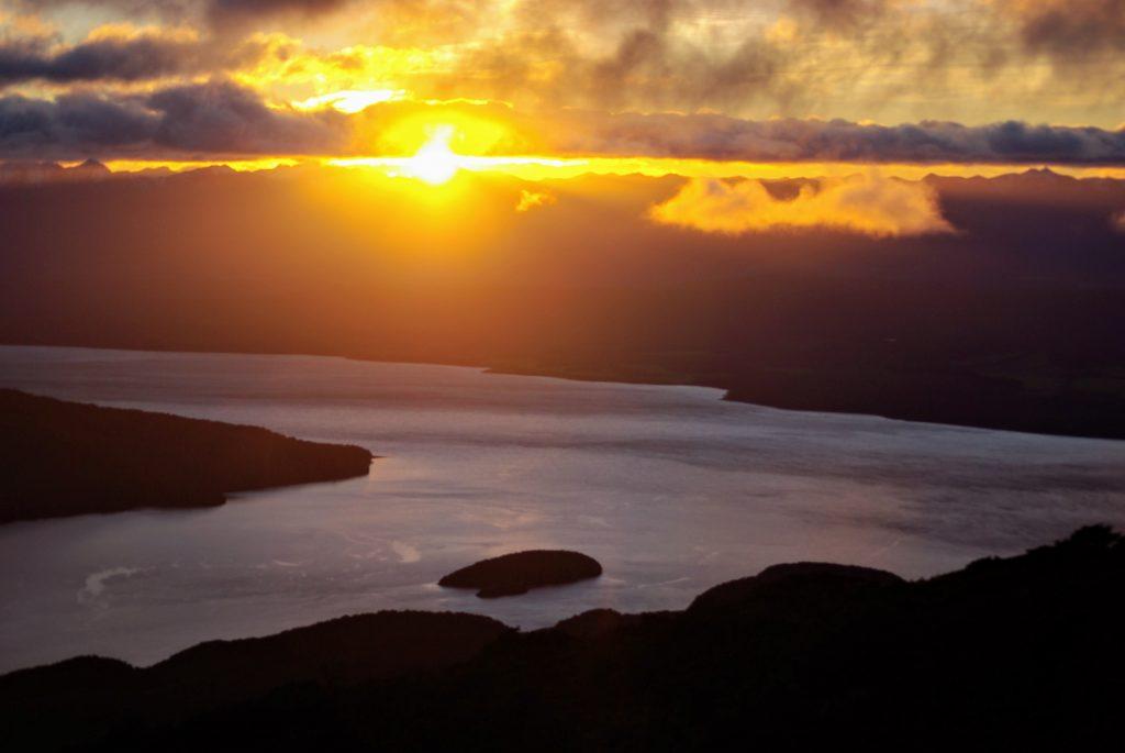 Kepler Track, lever de soleil depuis Luxmore Hut, Nouvelle Zélande, leplusbeauvoyage.com