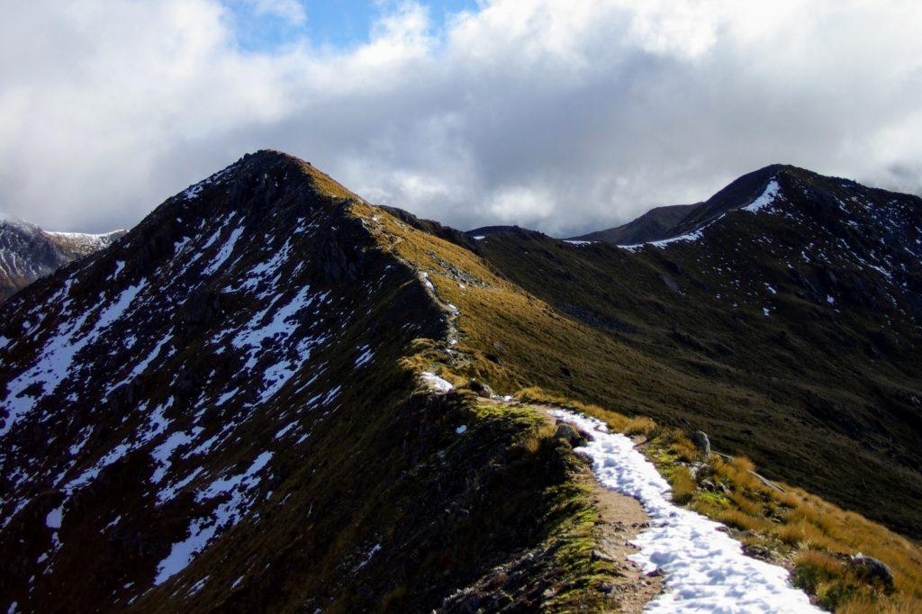 Kepler Track, neige sur le sentier sur les crêtes, Nouvelle Zélande, leplusbeauvoyage.com